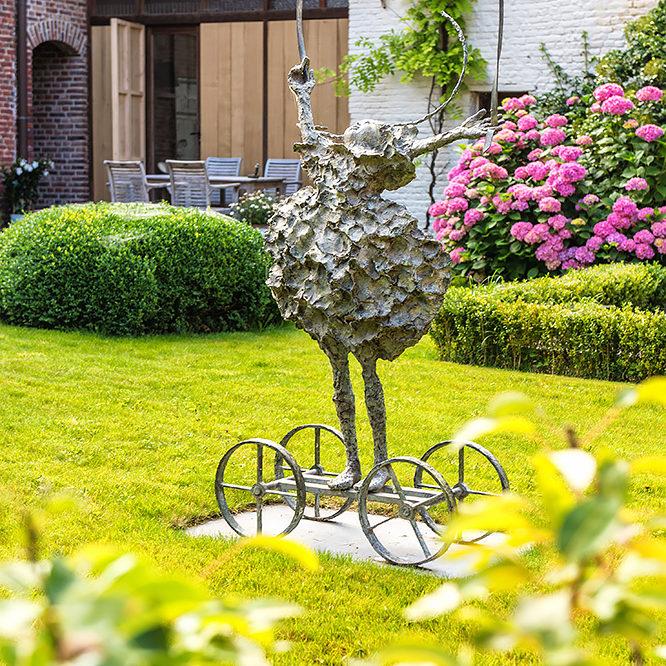 accommodatie vakantiewoning met kunstwerk in de tuin