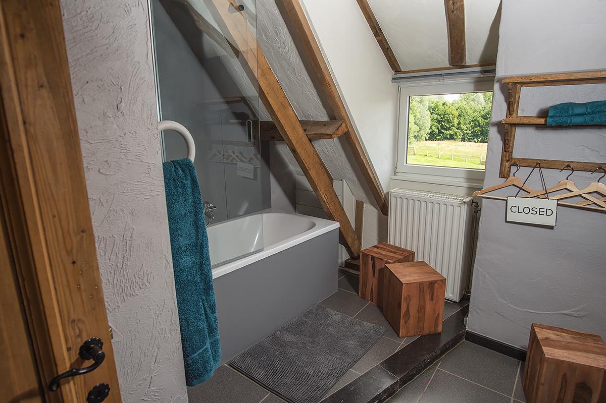 badkamer en-suite slaapkamer in rustieke vakantiewoning zwalmstreek en vlaamse ardennen in vlaanderen