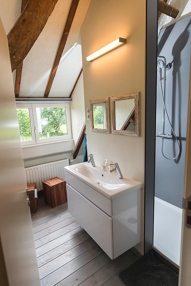 badkamer en-suite slaapkamer in rustieke vakantiehoeve