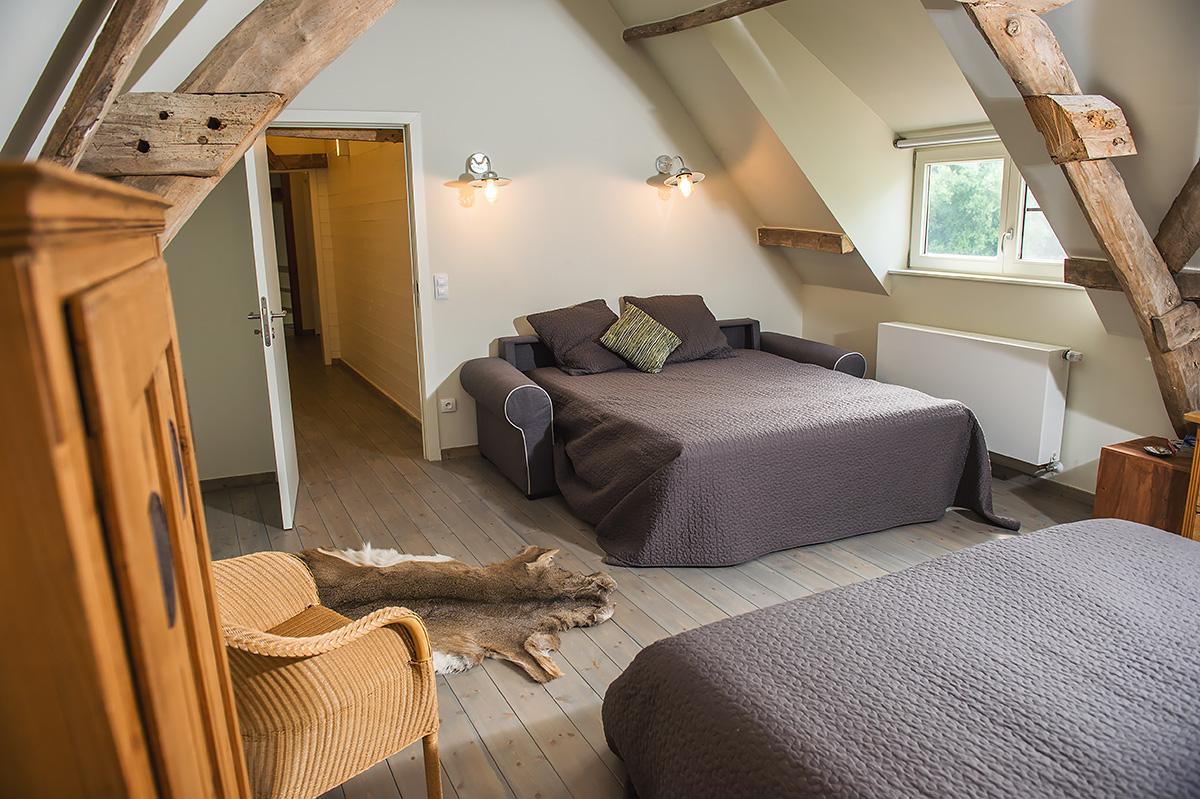 slaapkamer met dubbelbed en slaapbank vakantiehoeve