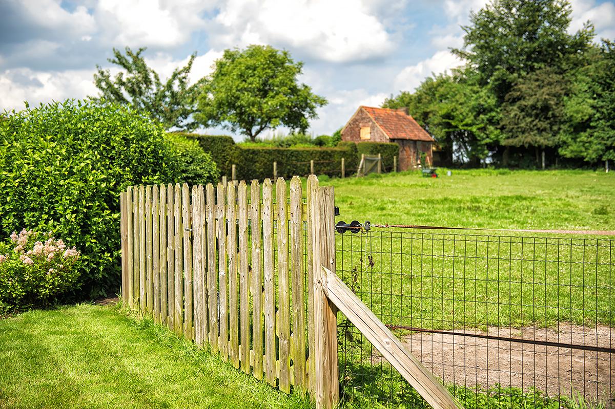 houten poort aan weide vakantiehuis