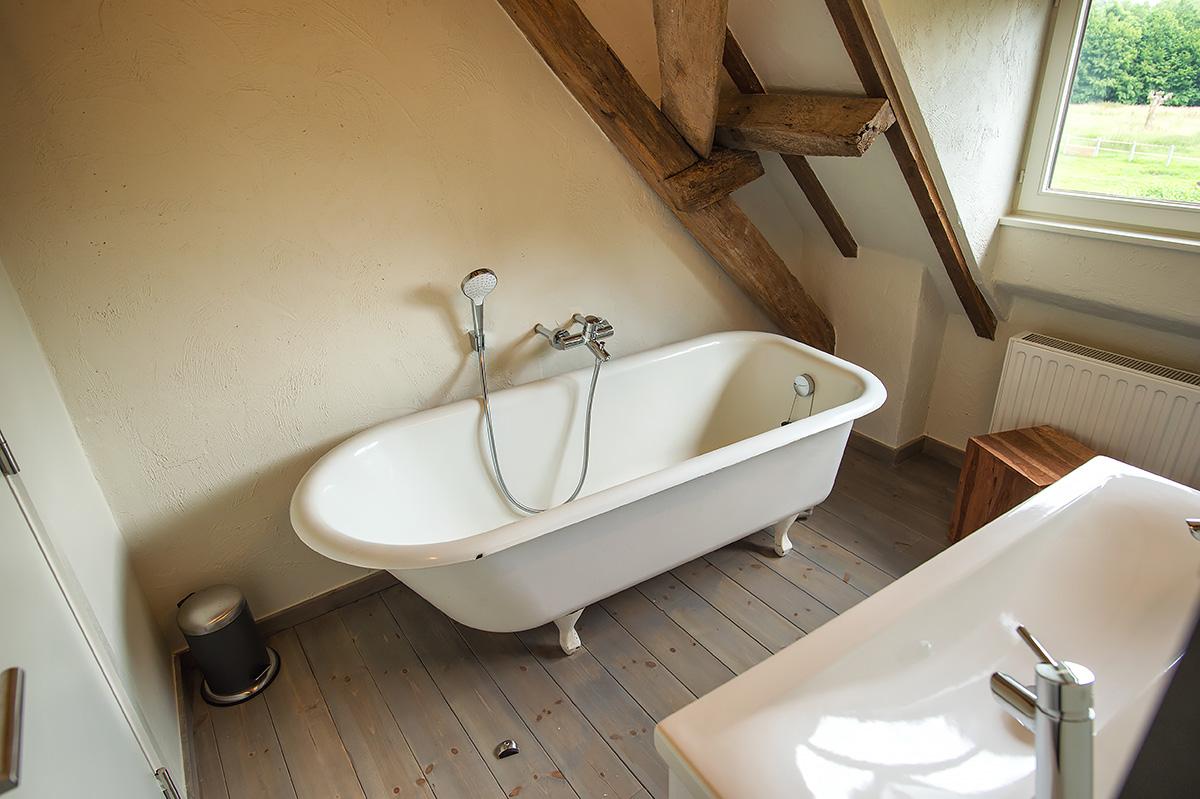 rustieke badkamer met bad eb douche en-suite slaapkamer