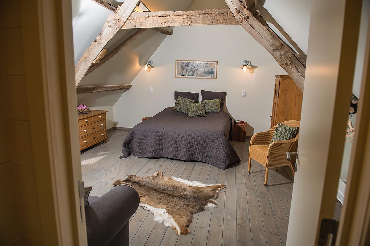slaapkamer vakantiehoeve met extra slaapbank in de vlaamse ardennen