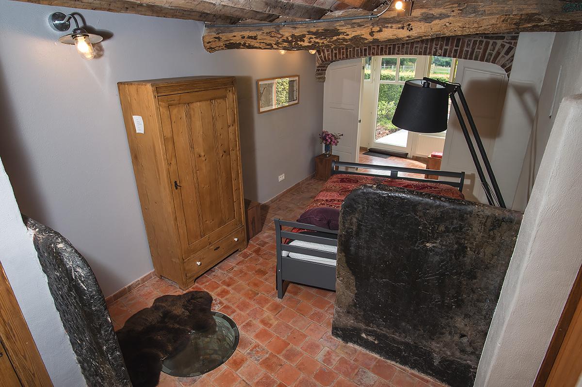 slaapkamer met authentieke elementen van 17de eeuwse hoeve