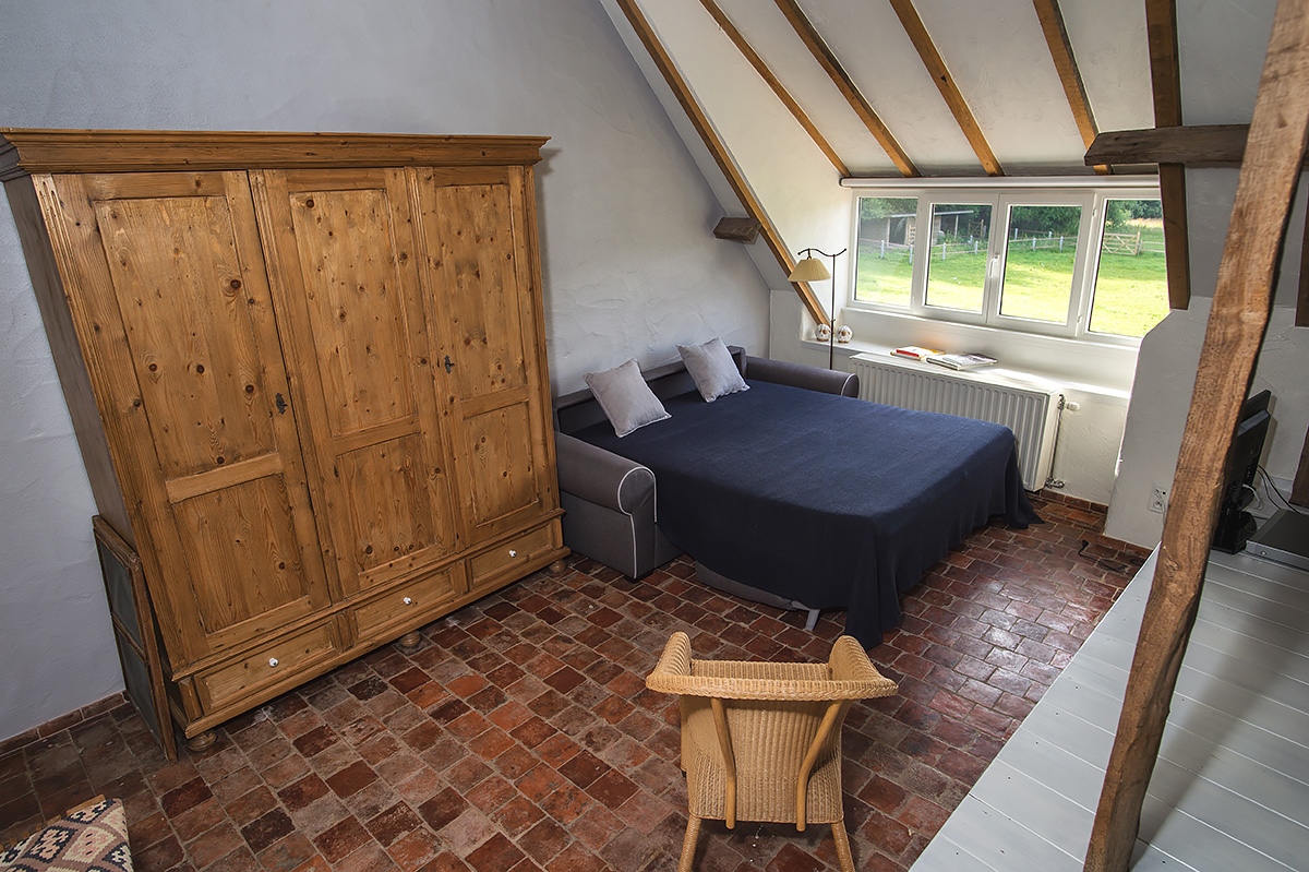slaapkamer vakantiehoeve met zicht op tuin