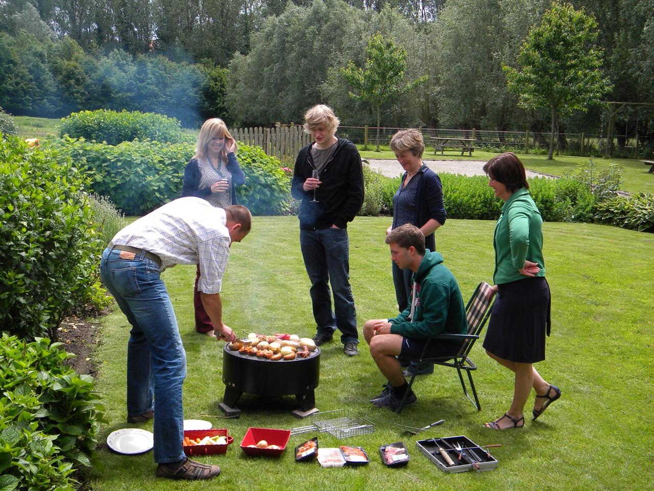 gezellige barbecue in de tuin van onze vakantiewoning in de vlaamse ardennen en zwalm