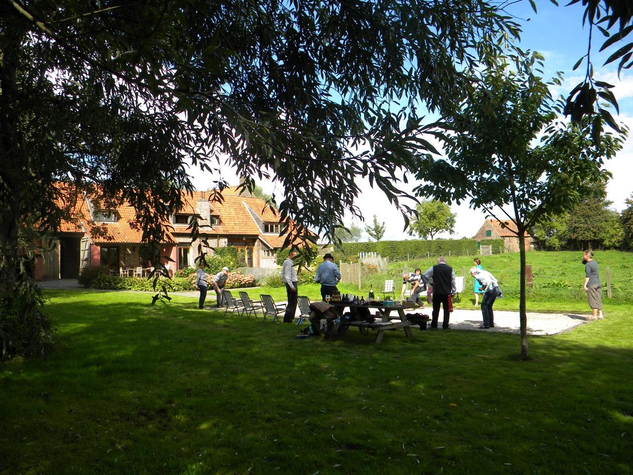 groep mensen speelt petanque in de tuin van onze vakantiewoning in de vlaamse ardennen