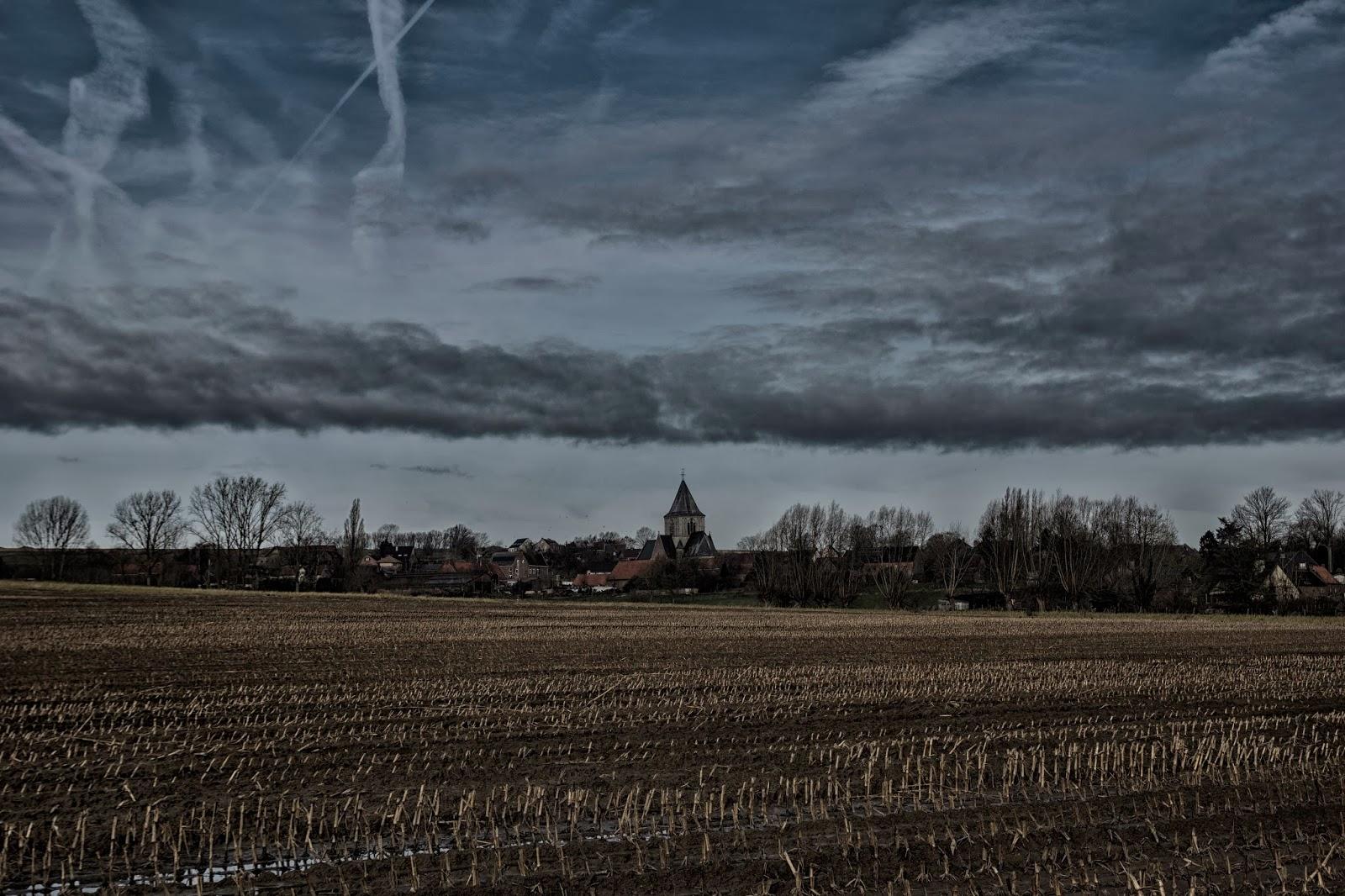 akker met kerk in de zwalmstreek